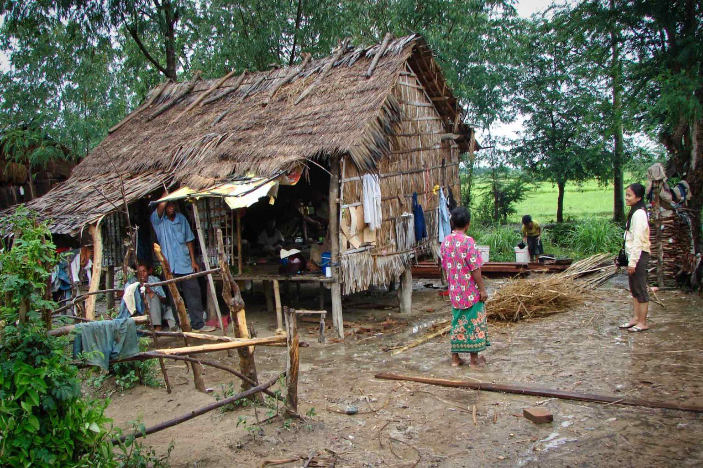Action humanitaire dans des petits villages très pauvres au Cambodge auprès d'enfants en situation de maltraitance