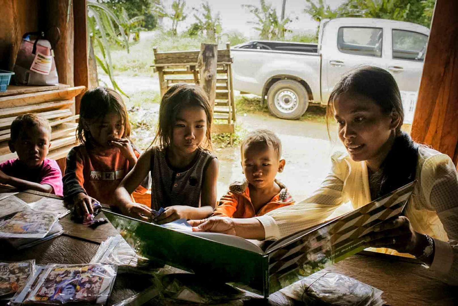 Theavy Bun lors d'un sauvetage de quatre enfants en situation de maltraitance grave dans un village à la frontière avec la Thaïlande.