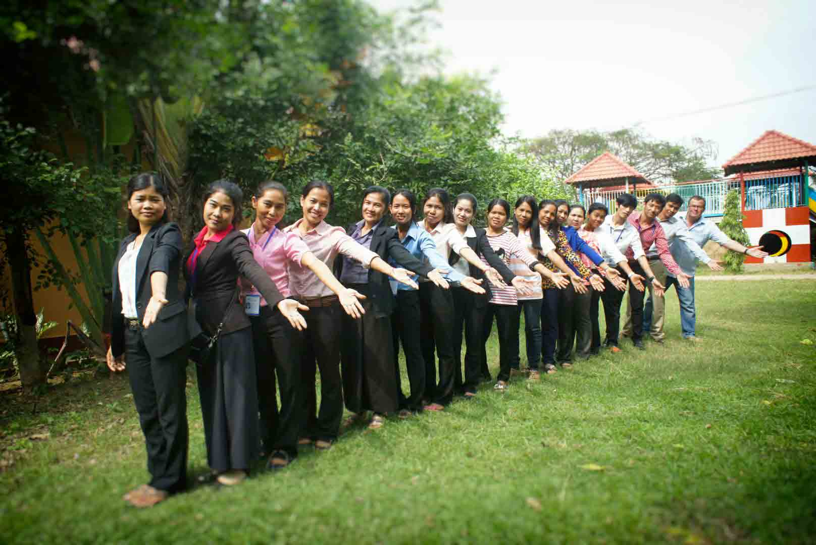 Volontaires humanitaires spécialisés dans la lutte contre la maltraitance et le trafic des enfants au Cambodge. L'ONG AVEC est une référence dans le domaine de la protection des enfants.