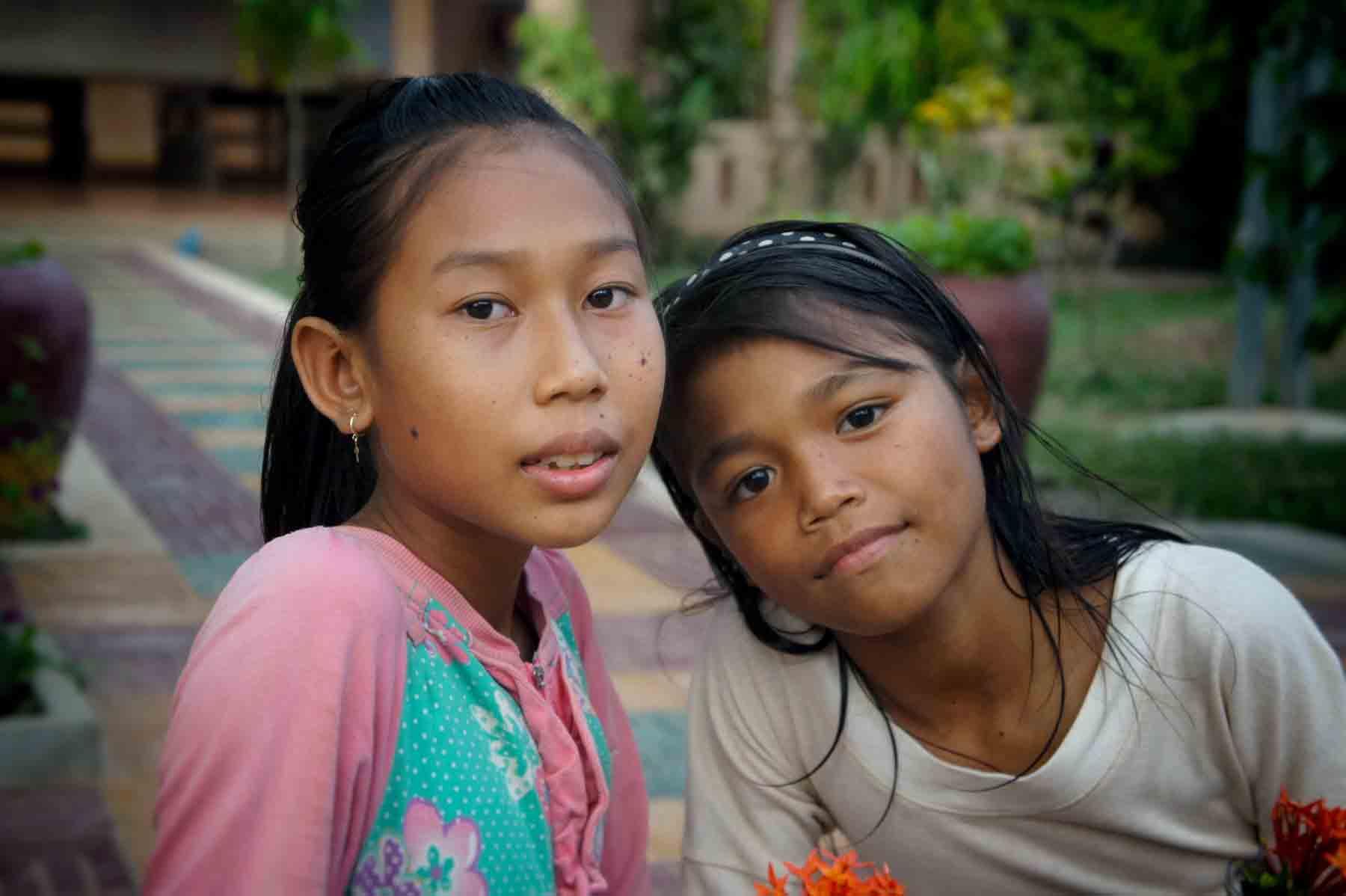 Deux jeunes filles orphelines jouent dans notre centre de protection de l'enfance au Cambodge et cela grâce à vos parrainages.