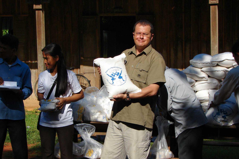 Patrik Roux aime par-dessus tout apporter de l'aide et du réconfort aux familles les plus pauvres, il est un fervent défenseur de l'éducation comme facteur de changement...