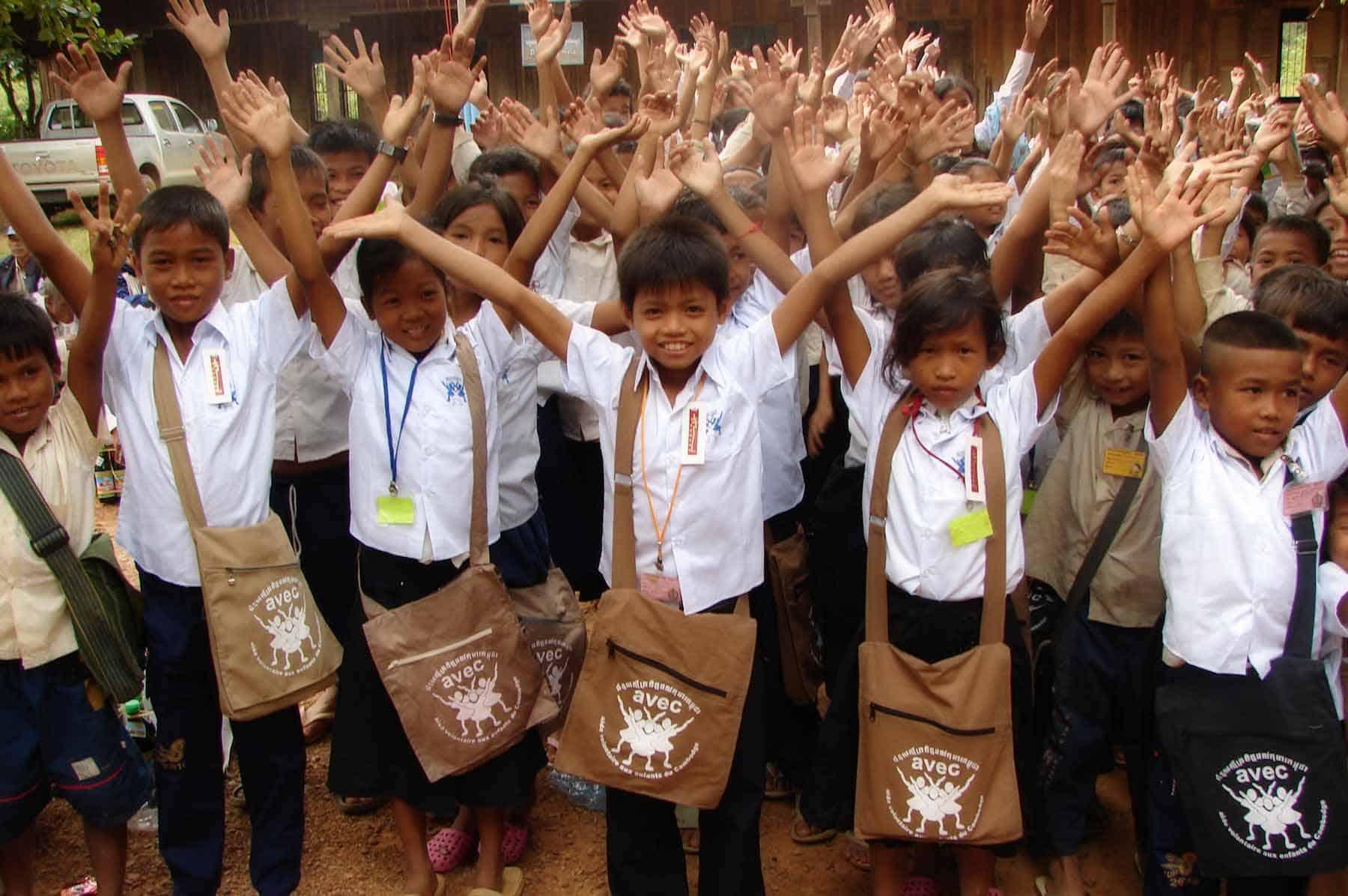 Nous sommes spécialisés dans la localisation et la scolarisation des enfants pauvres. Nous intervenons tous les deux mois dans des écoles publiques au Cambodge, avec de nombreux enfants.