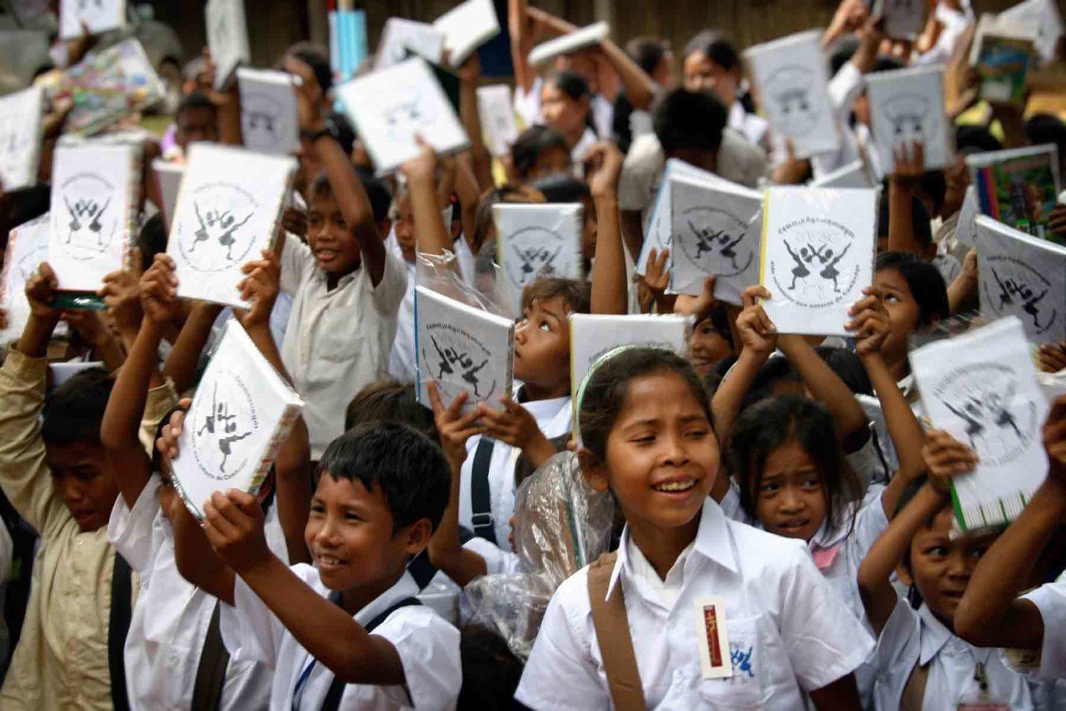Enfants cambodgiens scolarisés par notre action humanitaire dans les villages et la localisation des enfants les plus pauvres dans la région de Battambang au Cambodge
