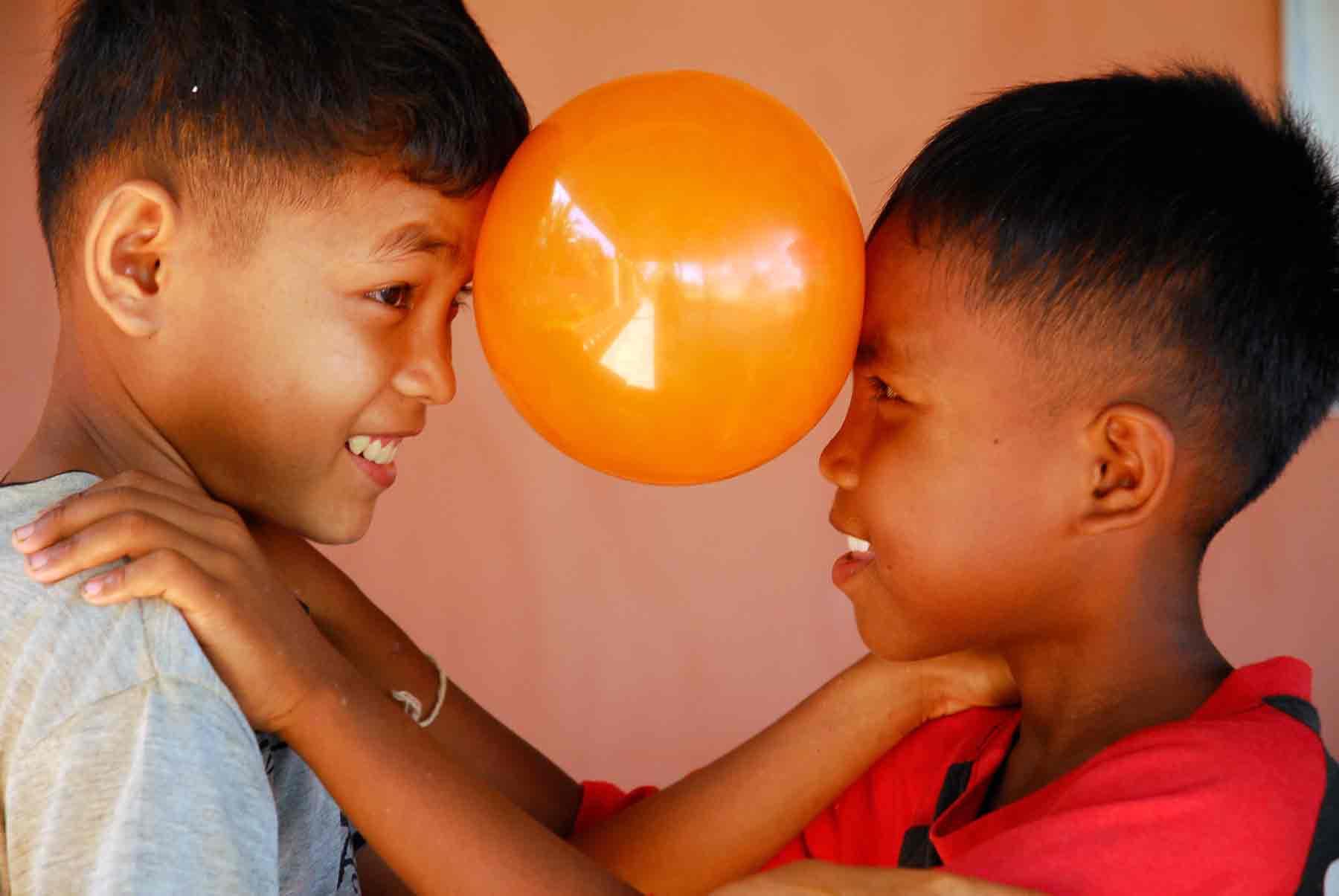 Enfants vivant au refuge et ayant souffert de maltraitance et qui aujourd'hui ont retrouvé le bonheur de vivre et cela grâce à un encadrement de premier plan.