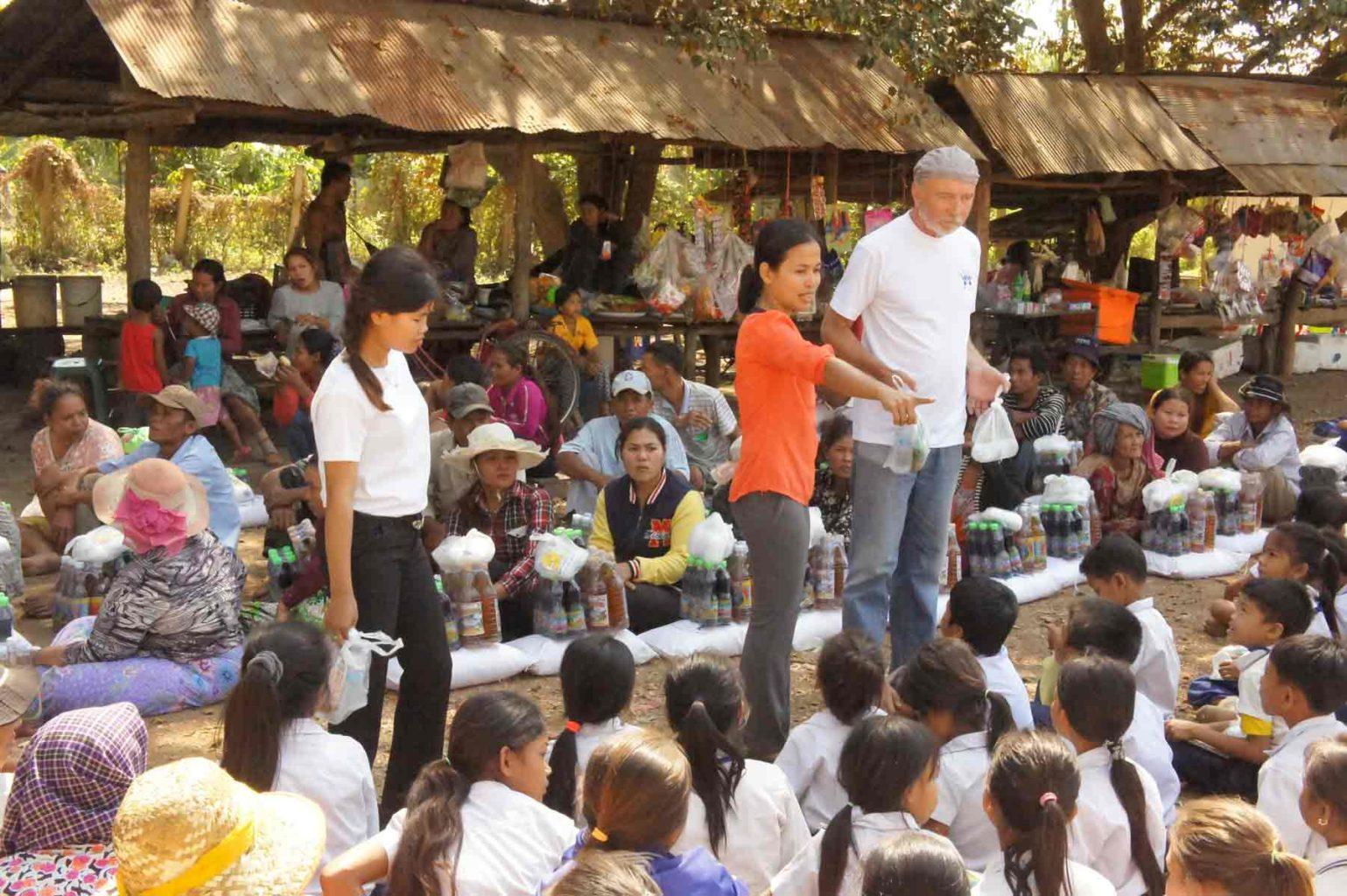 Michel Bertarionne en mission humanitaire au Cambodge avec l'ONG AVEC